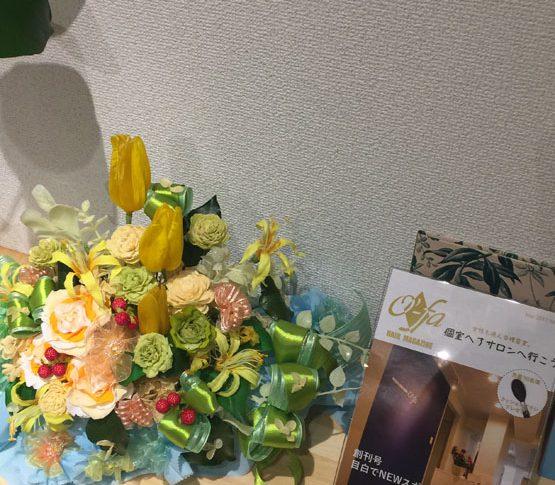 かわいいお花と3月のチラシの写真