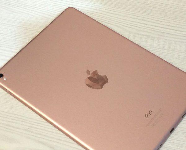 iPad ローズゴールドの写真